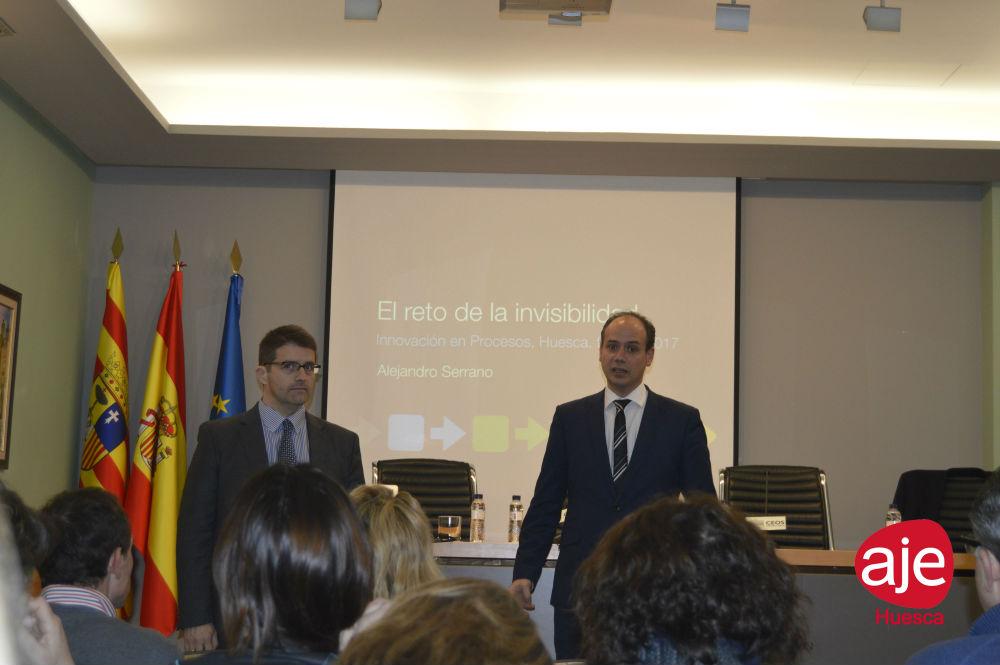 Enrique Puértolas presidente de Aje Huesca y Fernando Vázquez de IESE presentan el acto